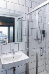 A bathroom at Eklo Clermont Ferrand Centre Gare