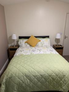 A bed or beds in a room at Redbeck Motel