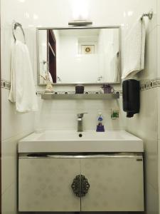 Um banheiro em At Baku 23rd Line Apartment