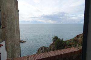 Uma vista do mar tirada da pousada