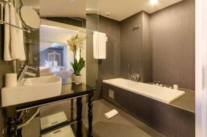 A bathroom at Lx Boutique Hotel