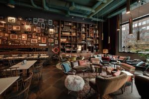 The lounge or bar area at PIERDREI Hotel HafenCity Hamburg