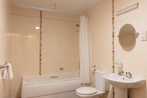 A bathroom at Globe & Crown