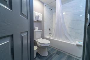 A bathroom at Sunshine Inn