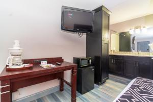 A television and/or entertainment centre at Sunshine Inn