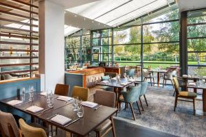 A restaurant or other place to eat at Delta Hotels by Marriott Cheltenham Chase