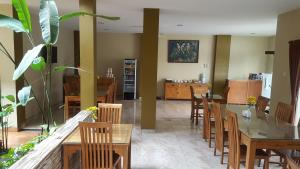 A restaurant or other place to eat at Aloha Hotel Yogyakarta