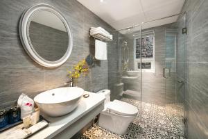 A bathroom at Shining Central Hotel & Spa