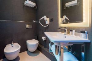 A bathroom at Hotel Metropolitan