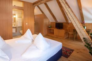 Een bed of bedden in een kamer bij Hotel Baur Am See