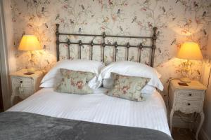 A bed or beds in a room at Treherne House & The Malvern Retreat