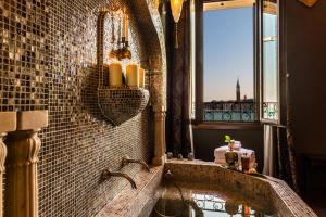 A bathroom at Hotel Metropole Venezia