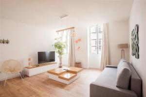 A seating area at Les Appartements du Vieux Port
