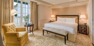 Een bed of bedden in een kamer bij Shangri-La Paris