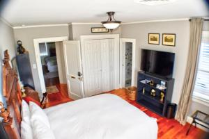 A bed or beds in a room at The Holly and Ivy Inn