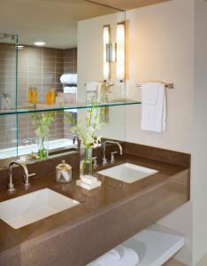 A bathroom at White Elephant Hotel