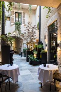 A restaurant or other place to eat at Petit Hôtel Confidentiel