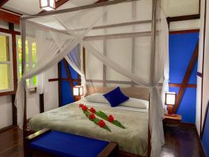Een bed of bedden in een kamer bij Namuwoki Lodge