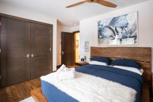 A bed or beds in a room at North Shore - West Shore Hideway