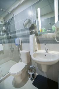 A bathroom at Petra Plaza Hotel