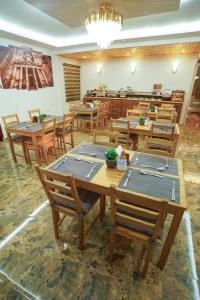 A restaurant or other place to eat at Petra Plaza Hotel