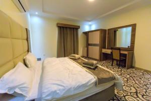 Cama ou camas em um quarto em Al Massa Homes Residential Units 2