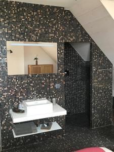 A bathroom at Le Manoir de l'Oselière & Spa