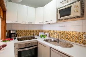 Een keuken of kitchenette bij Apartamentos Nucleo Cristal