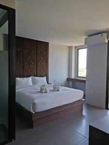 A bed or beds in a room at Yamin Seaview Hotel