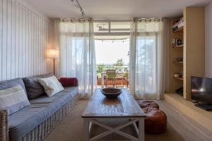 A seating area at Gavamar Castelldefels Beachfront Apartment- Direct access to the beach