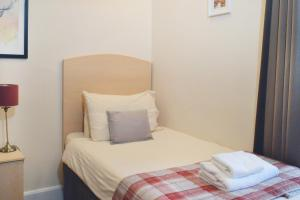 A bed or beds in a room at The Goil Inn