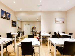 A restaurant or other place to eat at Lost Guest House Stirling