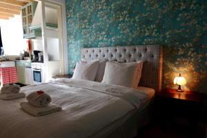 A bed or beds in a room at De Hartelust