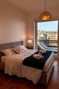 A bed or beds in a room at Mareluna Penthouse - Luxury Rooftop