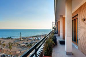 A balcony or terrace at Mareluna Penthouse - Luxury Rooftop