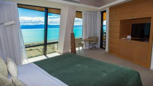 A bed or beds in a room at Design Suites Calafate