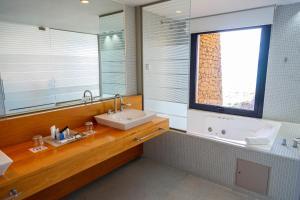 A bathroom at Design Suites Calafate