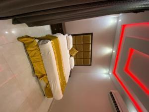 سرير أو أسرّة في غرفة في Adwaa Rafa