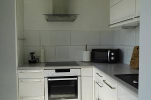 A kitchen or kitchenette at Modernes Apartment Duisburg