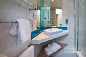 A bathroom at Holiday Inn Express Bath, an IHG Hotel