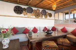 Ein Sitzbereich in der Unterkunft Riad Dar Nakous