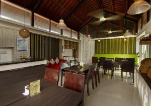 A restaurant or other place to eat at Kuta Ardenia Residence
