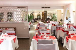Een restaurant of ander eetgelegenheid bij The Three Corners Equinox Beach Resort