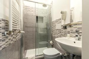 A bathroom at Merulana 139 Suites