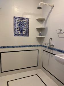 A bathroom at Jaipur Haveli