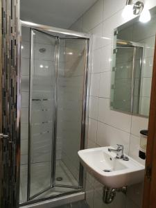 A bathroom at Pension Santiago
