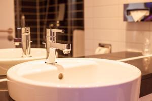 A bathroom at Holiday Inn Express Montpellier - Odysseum, an IHG Hotel