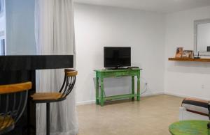 Uma TV ou centro de entretenimento em Passeio das Palmeiras
