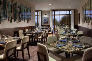 A restaurant or other place to eat at Marriott Myrtle Beach Resort & Spa at Grande Dunes