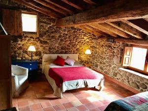 A bed or beds in a room at Casona de Saltus, casa con encanto en Sotosalbos
